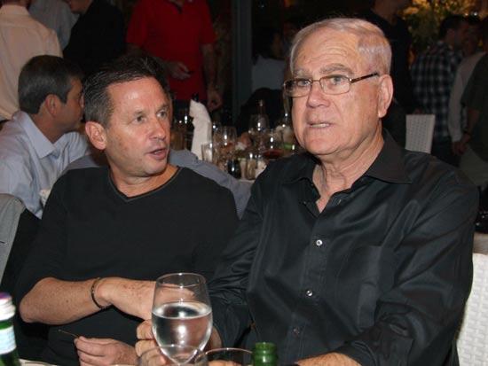 בעלי מכבי חיפה בכדורגל יעקב שחר עם יו